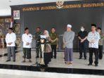 Bupati Jombang, Hj Mundjidah Wahab didampingi pejabat Forkopimda Jombang serta tokoh agama dan Pengurus MUI Jombang saat menyampaikan pernyataan Kabupaten Jombang Darurat Corona, Kamis sore (26/03).