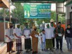 Gerakan Bahagia Bersama tetangga, dimanfaatkan Bupati Jombang Mundjidah Wahab, untuk berbagi langsung ke desa Sengon, menjelang buka puasa. Sebanyak 300 kotak nasi dan paket sembagi dibagikan ke warga desa, khususnya warga kurang mampu. ( foto: ist / Farid Wajdi )
