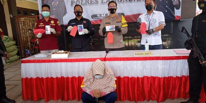 Keterangan Gambar: Kapolres Lamongan AKBP Harun saat memintai keterangan tersangka SH.