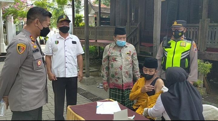 PolresSampang Laksanakan Vaksinasi Santri Ponpes Secara Door To Door | Memo Surabaya