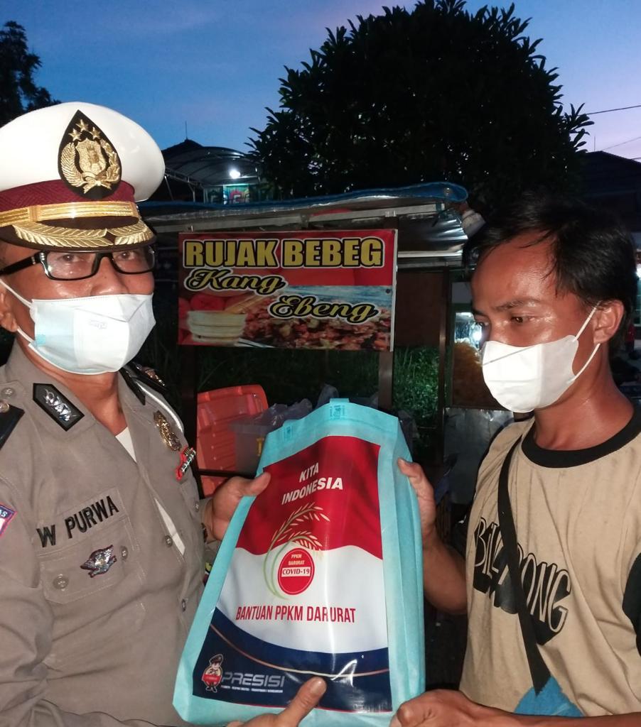 Ditlantas Polda Jatim Bagikan Bansos Bagi Masyarakat Terdampak PPKM | Memo Surabaya