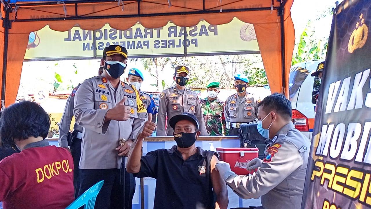 Polres Pamekasan Gelar Vaksinasi Mobile Presisi di Pasar Kolpajung | Memo Surabaya