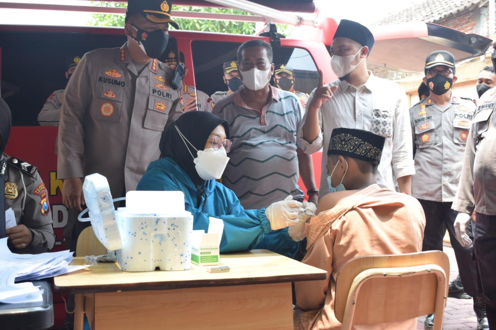 Kapolresta Sidoarjo Targetkan Vaksinasi Keliling Sehari Enam Desa | Memo Surabaya